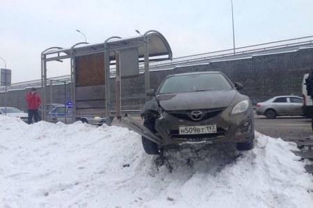 Иностранная машина сбила 3-х человек наостановке вПодмосковье, шофёр умер