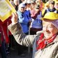 Пенсионеры соревновались в скандинавской ходьбе в Наташинском парке