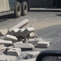 На Зенинском шоссе по дороге рассыпались стройблоки